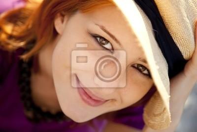Close-up portret pięknej rudowłosej dziewczyny.