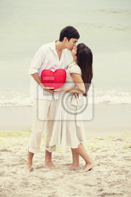 Closeup portret szczęśliwa para na plaży z serca.