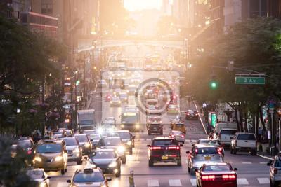 Crosstown ruch drogowy na 42nd ulicie w środku miasta Manhattan Miasto Nowy Jork z światłem słonecznym w tle