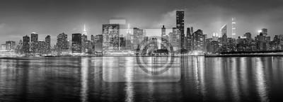 Czarno-biała panorama Nowego Jorku w nocy, USA.