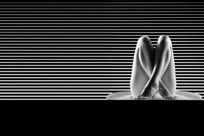 Obraz czarno-białe artystyczne nago, ze skrzyżowanymi nogami, strzał na pas
