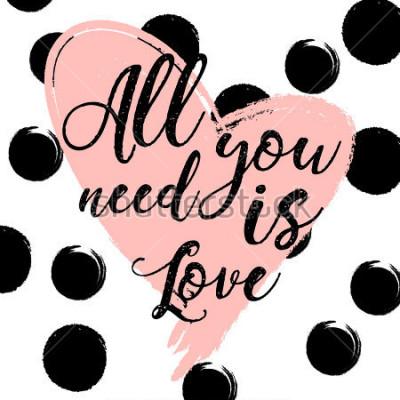 Obraz czarno-białe paski tle ze złotym akwarele serca. Ręcznie rysowane napis - wszystko, czego potrzebujesz, to miłość. projekt karty z pozdrowieniami świątecznymi i zaproszenie na ślub, Happy Valentine