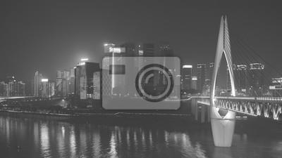 Czarno-białe zdjęcie centrum Chongqing osłoniętych smogiem w nocy, w Chinach