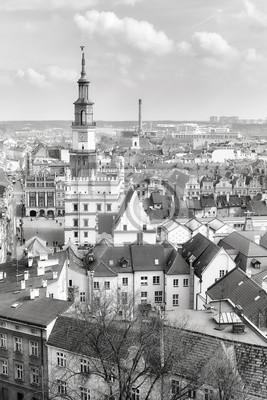 Czarno-białe zdjęcie lotnicze poznańskiej starówki, Polska.
