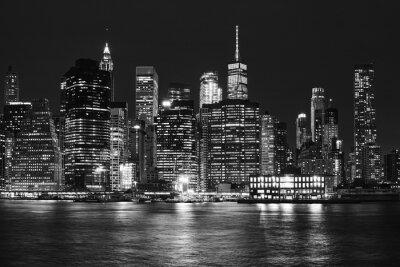 Czarno-białe zdjęcie Manhattan Skyline w nocy, Nowy Jork, USA.
