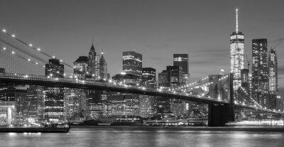 Czarno-biały nabrzeża Manhattan w nocy, NYC.