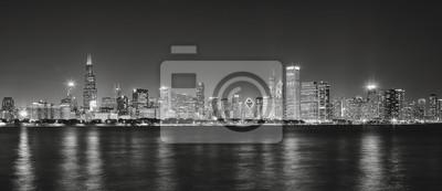 Obraz Czarno-biały obraz panoramiczny Chicago panoramę miasta z odbicia w jeziorze Michigan w nocy.