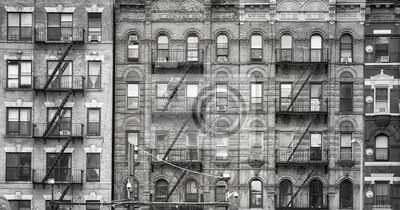 Obraz Czarno-biały obraz starych budynków z pożarami ucieka, jeden z symboli Nowego Jorku, USA.
