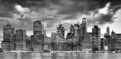 Czarno-biały panoramiczny obraz panoramę Nowego Jorku o zmierzchu, USA.