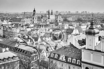Czarno-biały widok z lotu ptaka od Starego Miasta w Poznaniu, Polska.