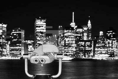 Czarny i biały obrazek lornetki wskazywać przy Manhattan linią horyzontu przy nocą, Miasto Nowy Jork, usa.