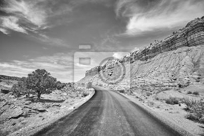 Czarny i biały obrazek malownicza droga, Capitol Reef park narodowy, Utah, usa.