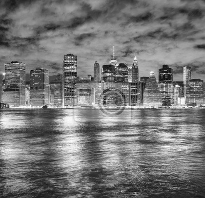 Czarny i biały obrazek Miasto Nowy Jork linia horyzontu przy nocą, usa.