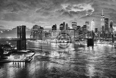 Czarny i biały obrazek most brooklyński i Manhattan przy nocą, Miasto Nowy Jork, usa.