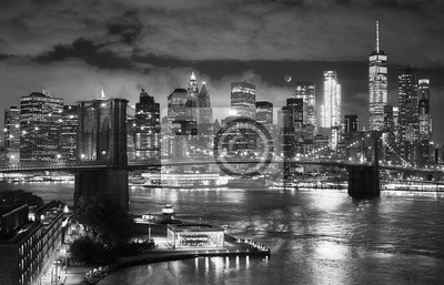 Czarny i biały obrazek most brooklyński i Manhattan widzieć od Dumbo przy nocą, Miasto Nowy Jork, usa.