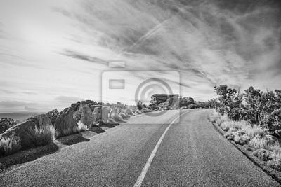 Czarny i biały obrazek pusta droga, podróży pojęcie.