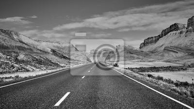 Czarny i biały obrazek sceniczna droga, Capitol Reef park narodowy, Utah, usa.