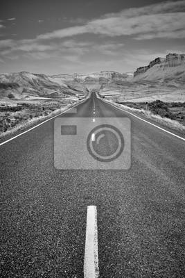 Czarny i biały obrazek sceniczna droga, usa.