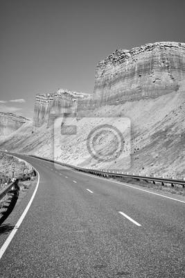 Czarny i biały obrazek sceniczna górzysta droga, Capitol Reef park narodowy, Utah, usa.
