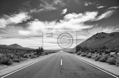 Czarny i biały obrazek Śmiertelnej doliny pustynna droga, podróży pojęcie, usa.