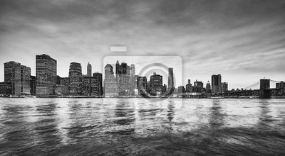Czarny i biały panoramiczny obrazek Manhattan linia horyzontu przy półmrokiem, Miasto Nowy Jork, usa.