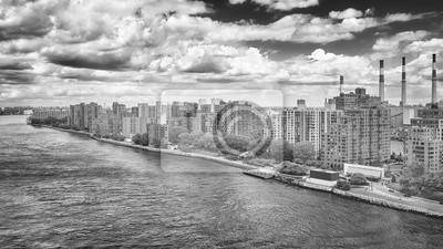 Czarny i biały powietrzny obrazek Roosevelt wyspa, Miasto Nowy Jork, usa.