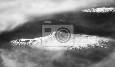 Czarny i biały powietrzny obrazek śnieg nakrywał góry, Chile.