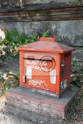 Czerwona skrzynka skrzynka na listy na ulicy lub na Bali.