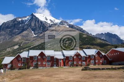 Czerwone Domki Na TLE Gór Patagonii