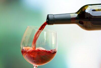 Obraz Czerwone wino wlewając do kieliszka, zbliżenie