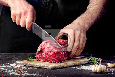 Obraz Człowiek cięcia surowego mięsa wołowiny