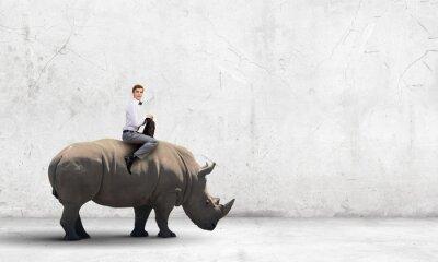 Obraz Człowiek obarczając nosorożec