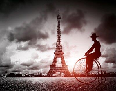 Człowiek retro rower obok Effel Tower, Paryż, Francja.