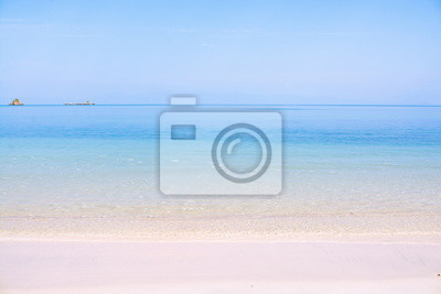 Czyste morze i plaża w sezonie letnim