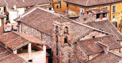 Dachy Lucca, miasta położonego w Toskanii we Włoszech.