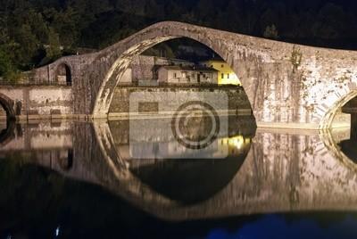 Devils Bridge w nocy w Lukka, Włochy