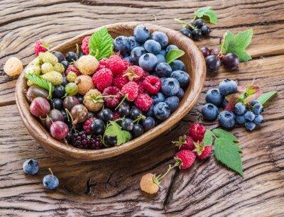 Obraz Dojrzałe jagody w drewnianej misce.