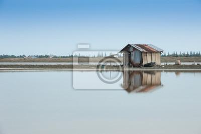 Domek na farmie soli morskiej.