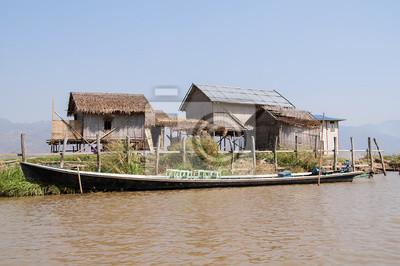domy na Palach na Jeziorze Inle w Birmie