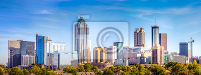 Obraz Downtown Atlanta Skyline pokazano kilka znanych budynków i hoteli pod błękitnym niebem.