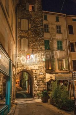 Draguignan Francja, Lipiec, - 10, 2016 Noc widok łuk i kwadrat z budynkami i światłem lampiony, w przyjemnym mieście Draguignan. Prowansja, departament Var, południowo-wschodnia Francja