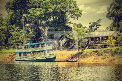 Drewniana łódź na rzece Amazonii, Brazylii, rocznika Instagram