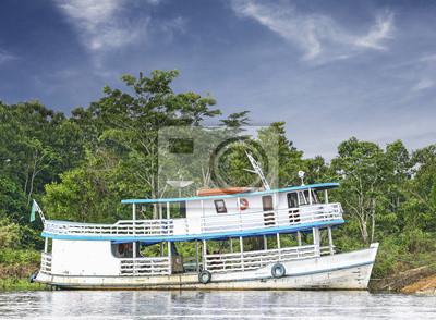 Drewniana łódź na rzece Amazonii w Brazylii.