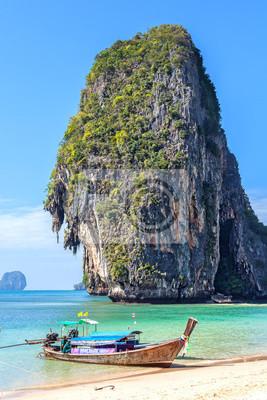 Drewniana łódź na tropikalnej plaży Railay w Tajlandii.