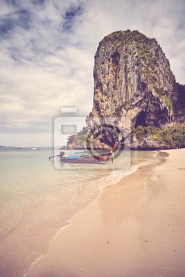 Drewniana łódź przy Railay plażą, koloru stonowany obrazek, Tajlandia.