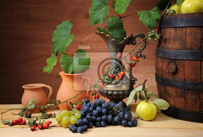 Obraz Drewniane beczki na wino, ceramiczny dzban i owoców