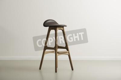 Drewniane krzesło barowe z formowanego skórzane siedzenie stojący na środku w minimalistycznym pusty pokój z białej ściany i przestrzeni kopii, format