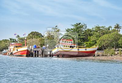 Drewniane łodzie na brzegu rzeki, Prowincja Krabi, Tajlandia.