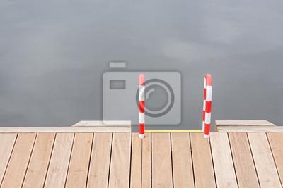 Drewniane molo i drabiny przez wodę.
