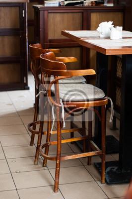 Drewniane stołki barowe i stół w kawiarni.